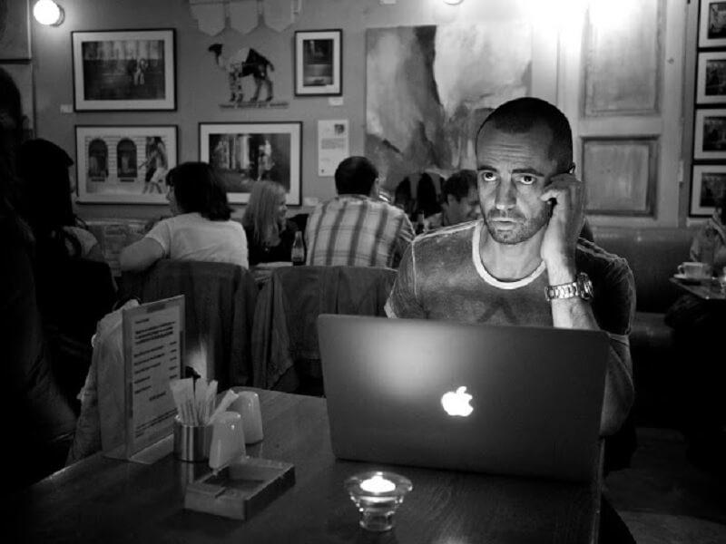 パソコンのモニターを見つめる男性